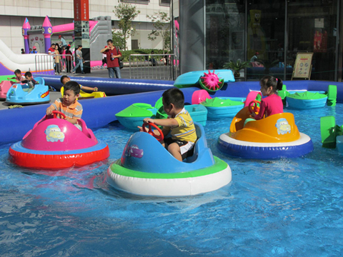 Inflatable swimming pool bumper car